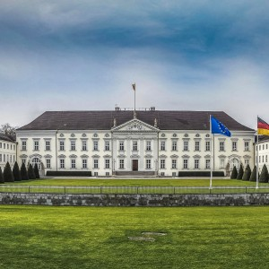 Das Schloss Bellevue (sinngemäß: Schöne Aussicht') im Berliner Ortsteil Tiergarten ist der erste Amtssitz des deutschen Bundespräsidenten. Es liegt im Zentrum der deutschen Hauptstadt  Bellevue Palace (Schloss Bellevue), located in Berlin's Tiergarten district, has been the official residence of the President of Germany since 1994.